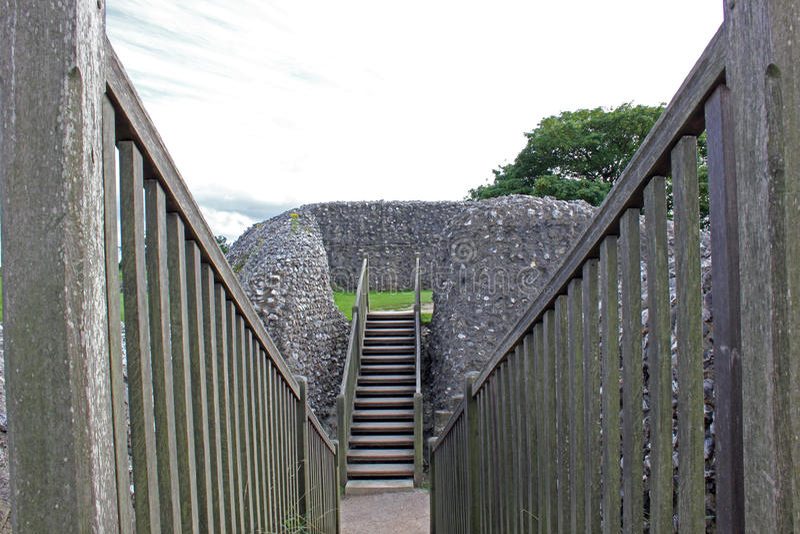 Drewniany most przez fosę przy grodowymi ruinami Stary Sarum, Anglia zdjęcia stock