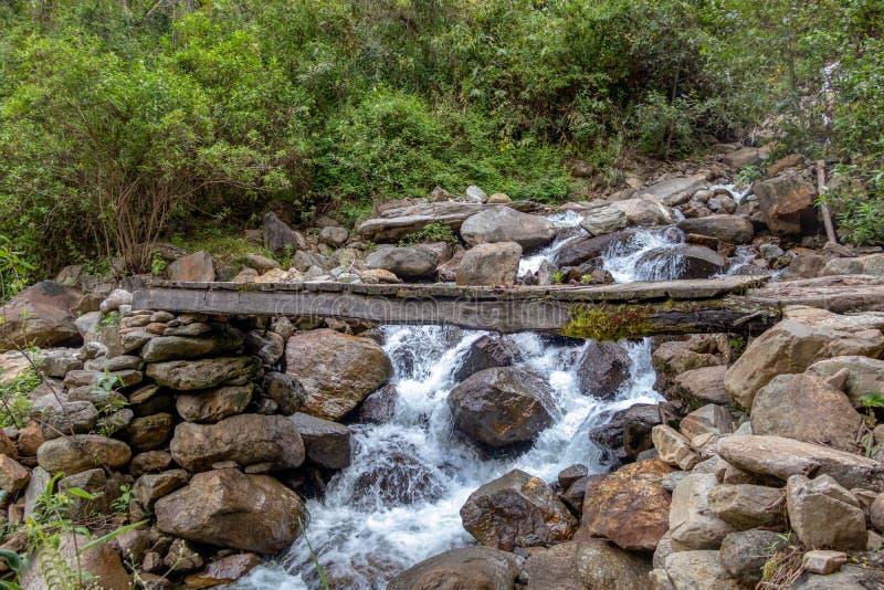 Drewniany most przez haln? rzek? zdjęcia royalty free