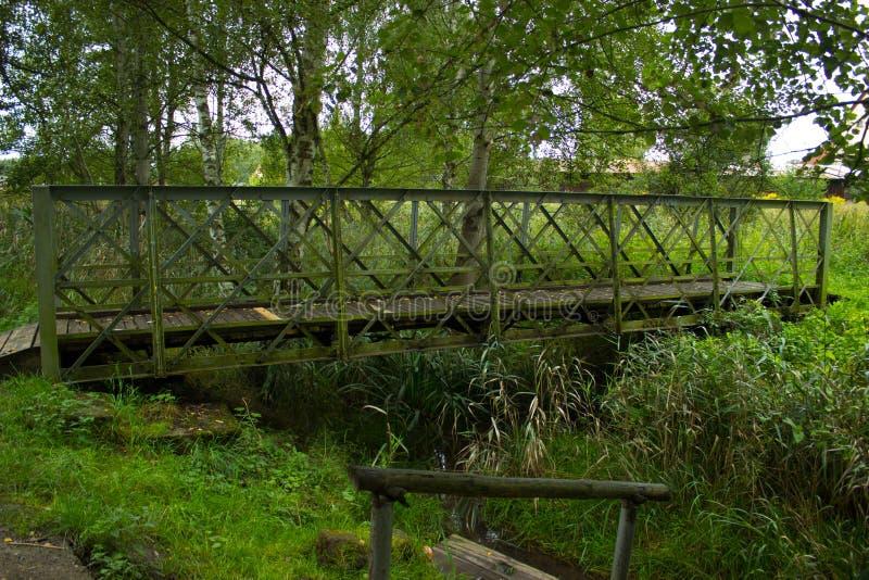 Drewniany most przez rzekę 2 zdjęcie royalty free