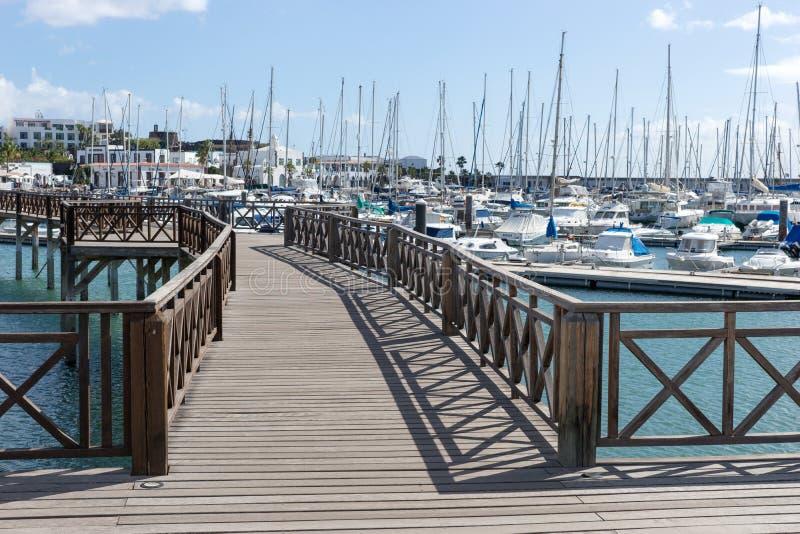 Drewniany most przy łódkowatym schronieniem Marina Rubicon w Playa Blanca Lanzarote fotografia stock