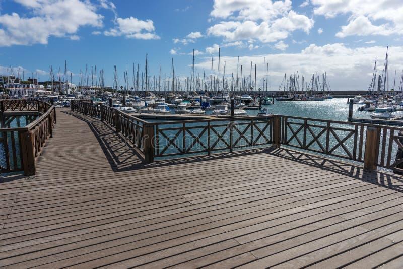 Drewniany most przy łódkowatym schronieniem Marina Rubicon w Playa Blanca Lanzarote fotografia royalty free