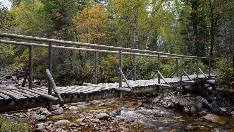 Drewniany most Slyudyanka drogowy lasowy rzeczny Khamar-Daban fotografia stock