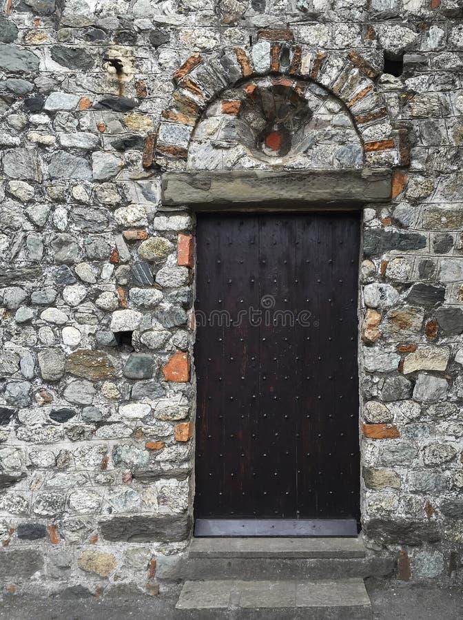 Drewniany nabijający ćwiekami drzwi zdjęcia royalty free
