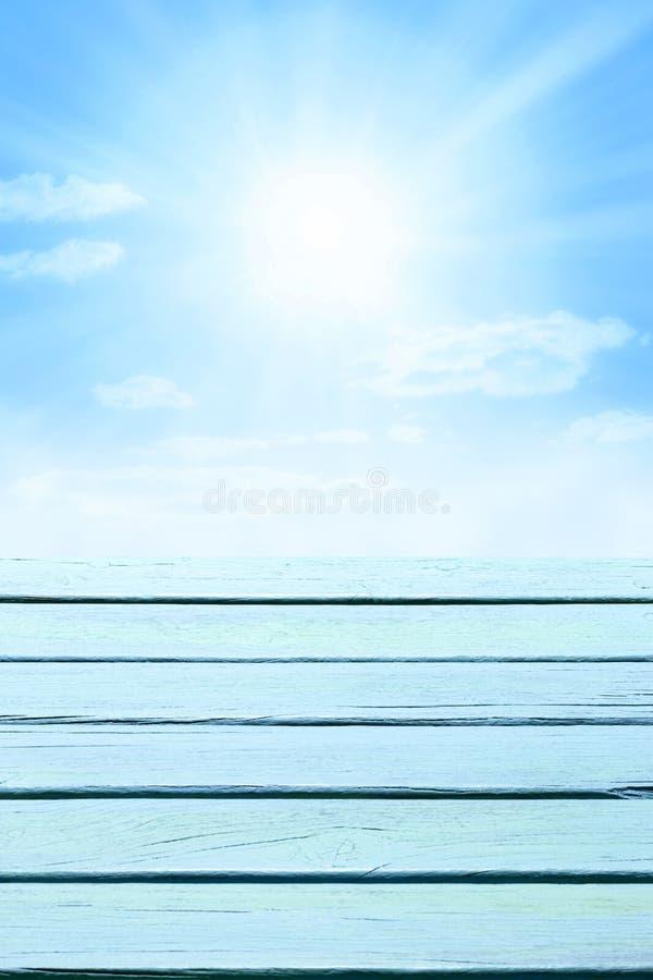Drewniany nieba błękita tło fotografia stock