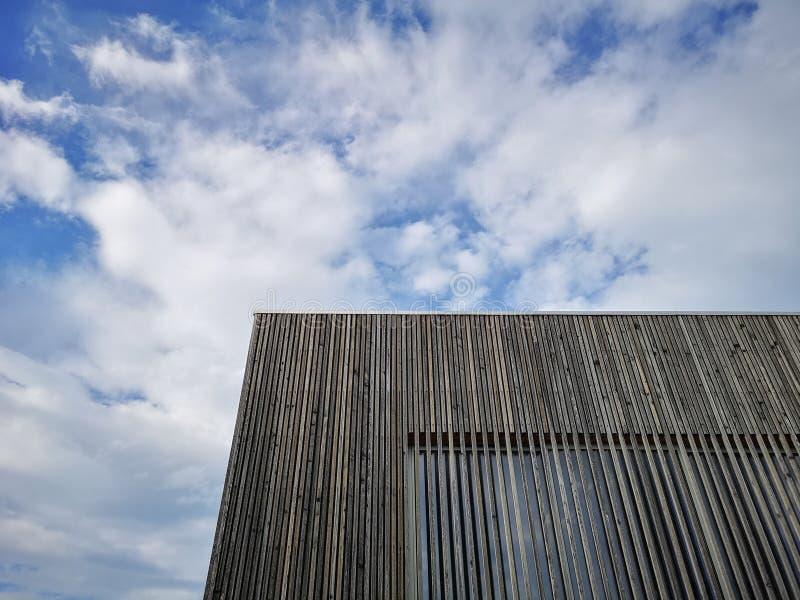 Drewniany nowożytny budynek z zadziwiającym niebem, współczesna architektura z dystyngowanymi liniami i minimalistyczny projekt, zdjęcie stock