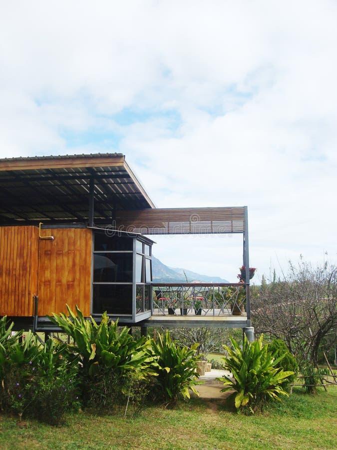 Drewniany nowożytny mały dom w krajobrazie z miastowego obrazy royalty free