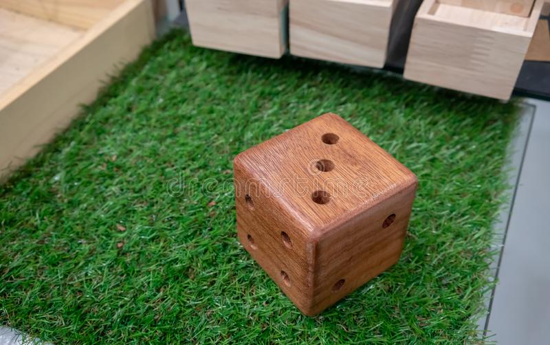 Drewniany ołówka stojak w kostka do gry kształcie zdjęcia stock