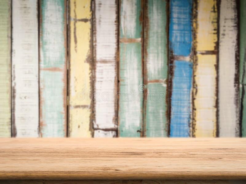Drewniany odpierający wierzchołek z grunge drewna tłem fotografia stock