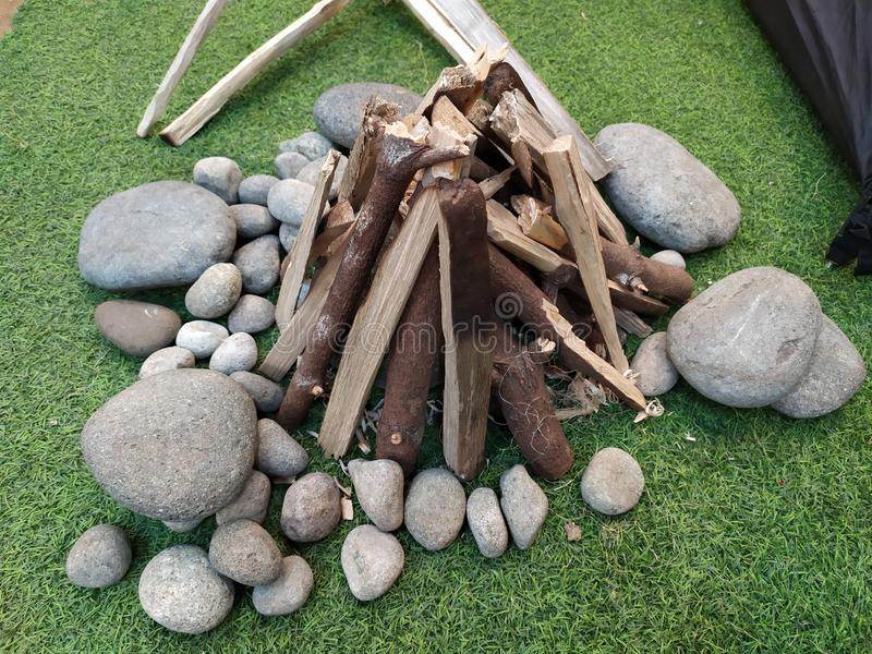 Drewniany ogień i few kamienie obok go zdjęcie royalty free