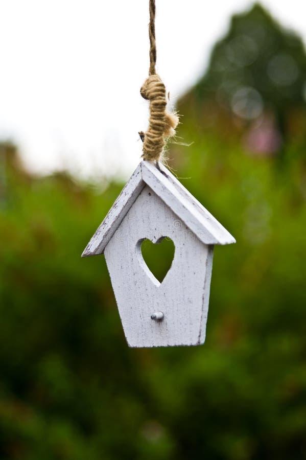 Drewniany ogrodowy wystrój bielu dom z sercem zdjęcia stock