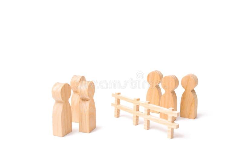 Drewniany ogrodzenie dzieli dwa grupy dyskutuje skrzynkę Wygaśnięcie i awaria powiązania łama krawaty, obraz stock