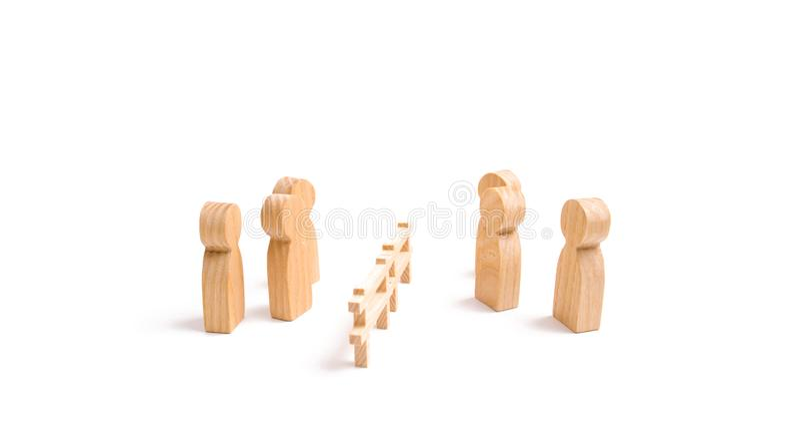 Drewniany ogrodzenie dzieli dwa grupy dyskutuje skrzynkę Wygaśnięcie i awaria powiązania łama krawaty, Kontraktacyjna przerwa zdjęcia stock