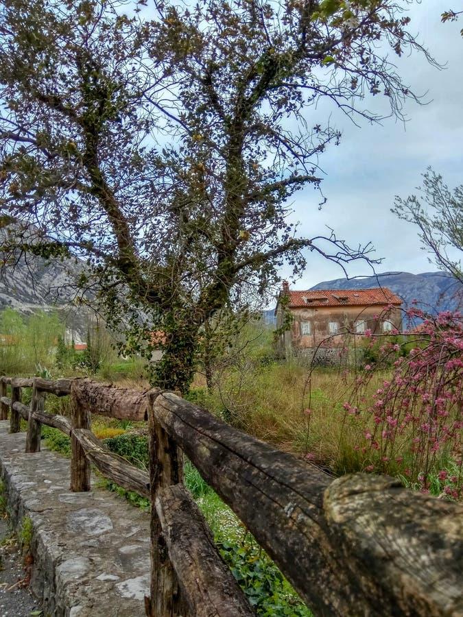 Drewniany ogrodzenie i stary dom w wiosce obraz royalty free