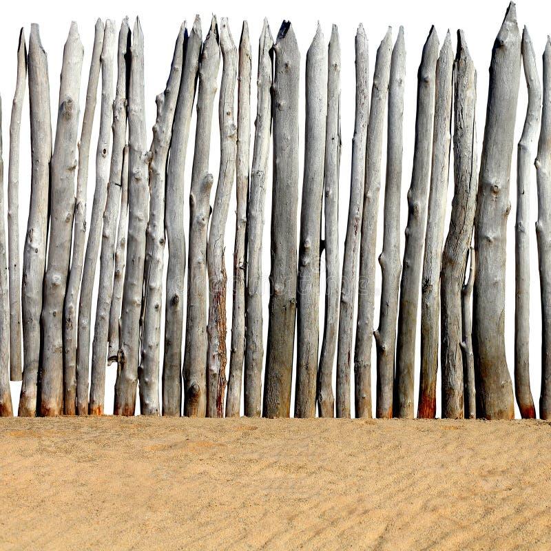 Drewniany ogrodzenie na piasku zdjęcie stock