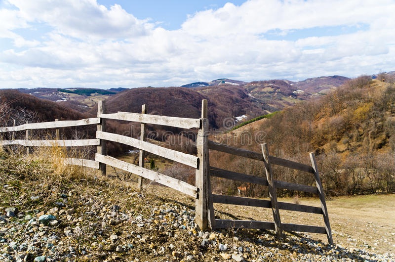Drewniany ogrodzenie na wzgórzu fotografia royalty free