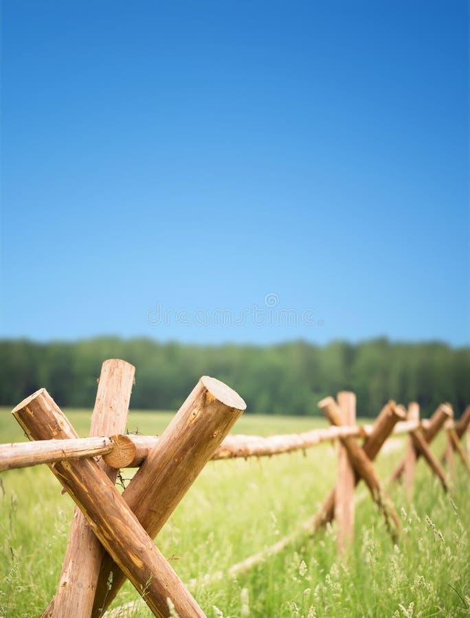 Drewniany ogrodzenie w polu fotografia royalty free