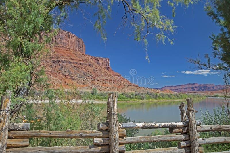 Drewniany ogrodzenie wzdłuż gnuśnej Kolorado rzeki fotografia stock