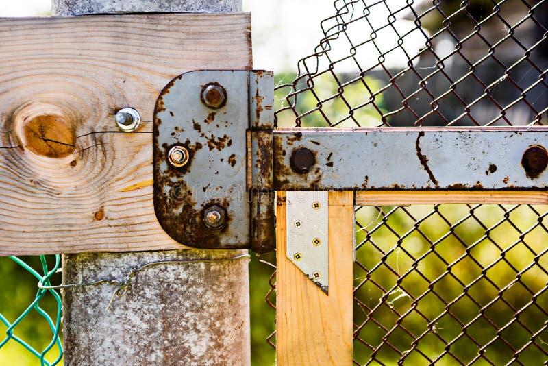 Drewniany ogrodzenie z zawiasem na ryglach i metal siatce zdjęcie royalty free