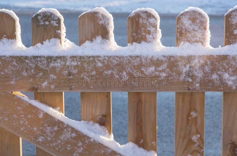 Drewniany ogrodzenie zakrywający śniegiem zdjęcia royalty free