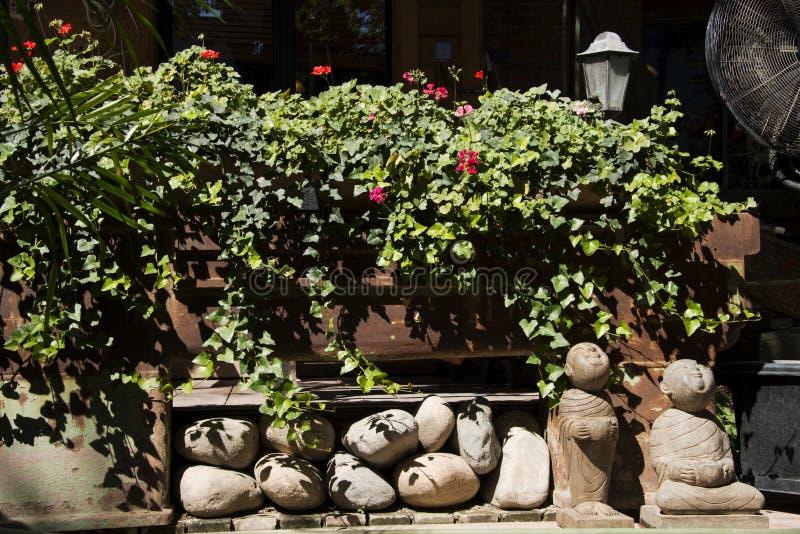 Drewniany ogrodzenie, zieleń liście obraz stock