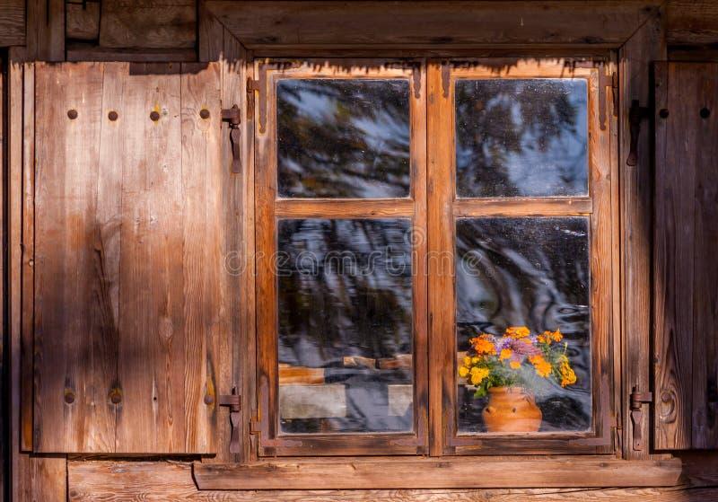 Drewniany okno stary dom obraz stock