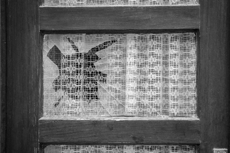 Drewniany okno z łamanym szkłem i bielem pracował koronkowego curta obraz royalty free
