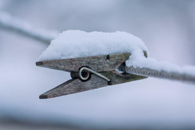 Drewniany opatrunek na arkanie zakrywającej z śniegiem obraz royalty free