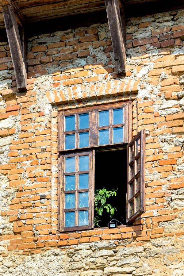 Drewniany otwarte okno stary dom kamienna ściana zdjęcie stock