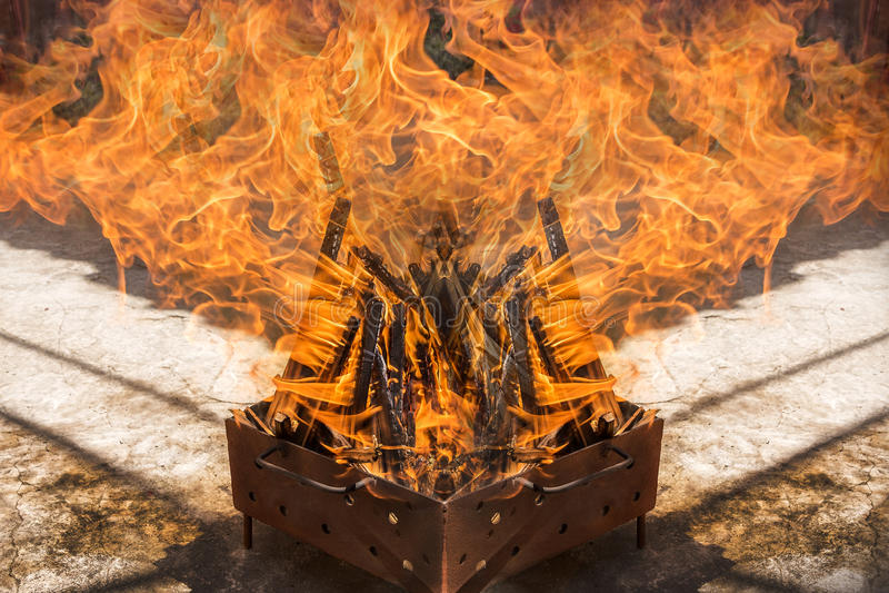 Drewniany palenie dla grilla fotografia stock