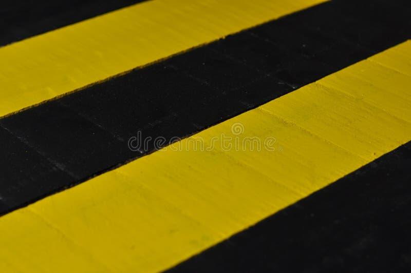 Drewniany pasiasty czarny i żółty tło Drewniana tekstura fotografia stock