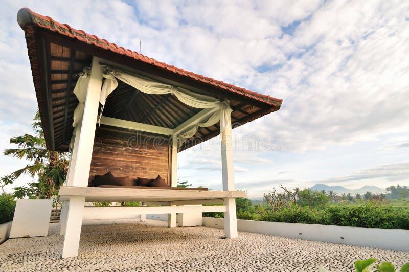 Drewniany pawilon ralaxing blisko ryżu tarasu fotografia stock