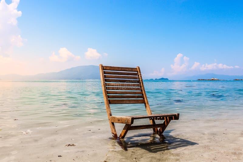 Drewniany Plażowego krzesła oceanu brzeg krajobrazu Pusty wakacje Relaxati fotografia stock