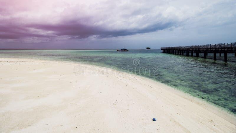 Drewniany Plażowy dok lub Drewniany molo przy Piękną Tropikalną plażą zdjęcia stock