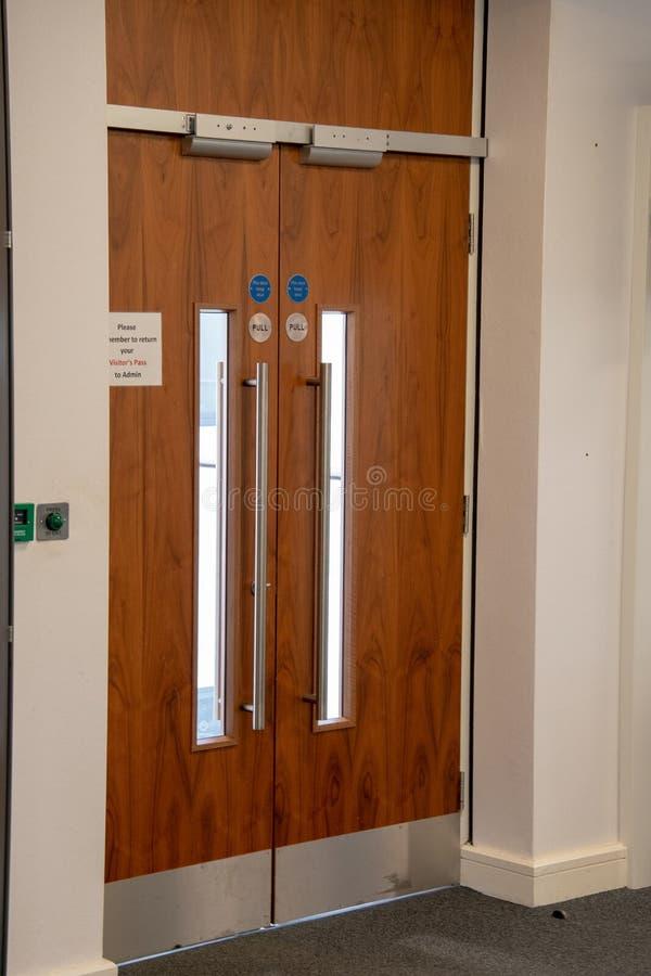Drewniany pożarniczego wyjścia drzwi w budynku biurowym fotografia royalty free
