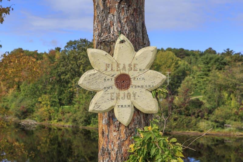 Drewniany podpisuje wewnątrz kwiat formę z inskrypcją obrazy royalty free