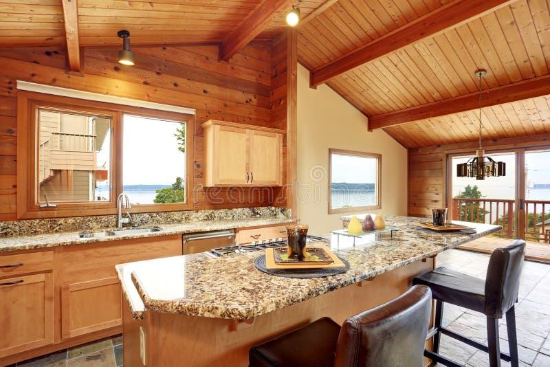 Drewniany podstrzyżenie dom z otwartym podłogowym planem Kuchnia z granitowym odpierającym wierzchołkiem obraz royalty free