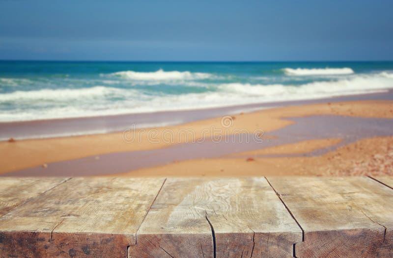 Drewniany pokład przed morze krajobrazem przygotowywający dla produktu pokazu zdjęcie royalty free