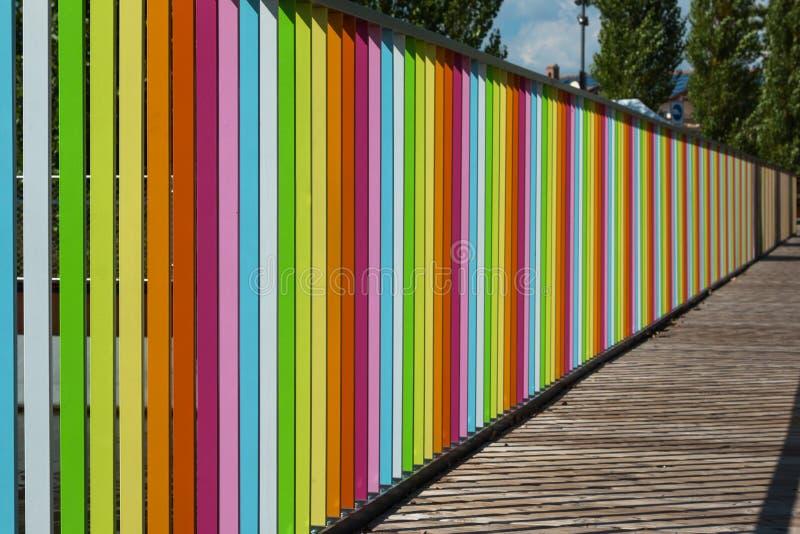 Drewniany pokład z Kolorowym ogrodzeniem fotografia royalty free