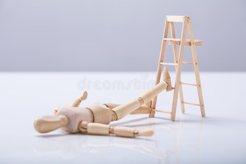 Drewniany postaci lying on the beach Na podłoga obrazy royalty free