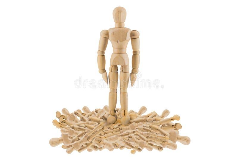 Drewniany postaci stąpanie na inny zdjęcie stock