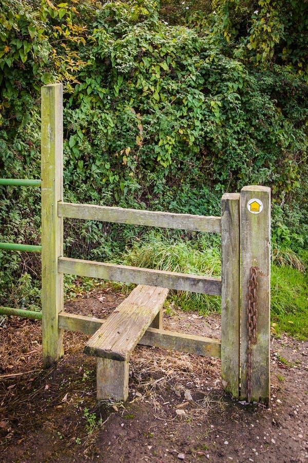 Drewniany przełaz Wzdłuż Footpath obraz royalty free