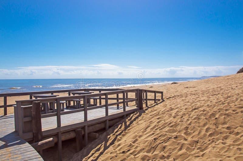 Drewniany przejścia wejście na Piaskowatej plaży w Południowa Afryka obraz stock