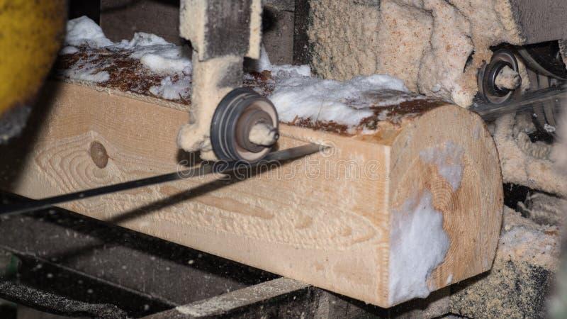 drewniany przerób Ciąć loguje się deski W zima procesie drzewo fotografia royalty free