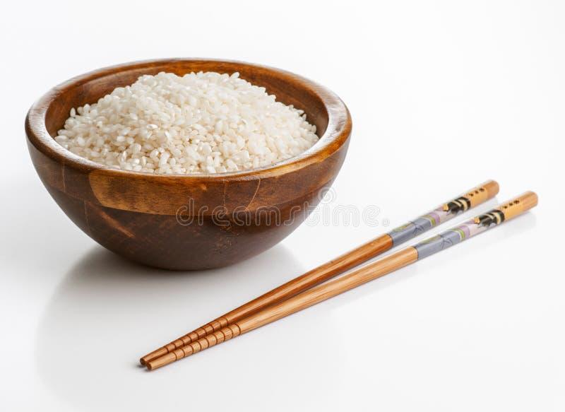 Drewniany puchar z ryż i chopsticks zdjęcie stock