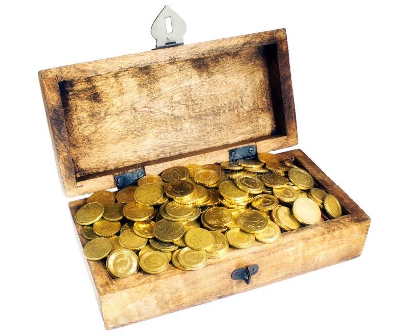 Drewniany pudełko lub skarb klatka piersiowa z błyszczącymi euro centu monetami obraz royalty free