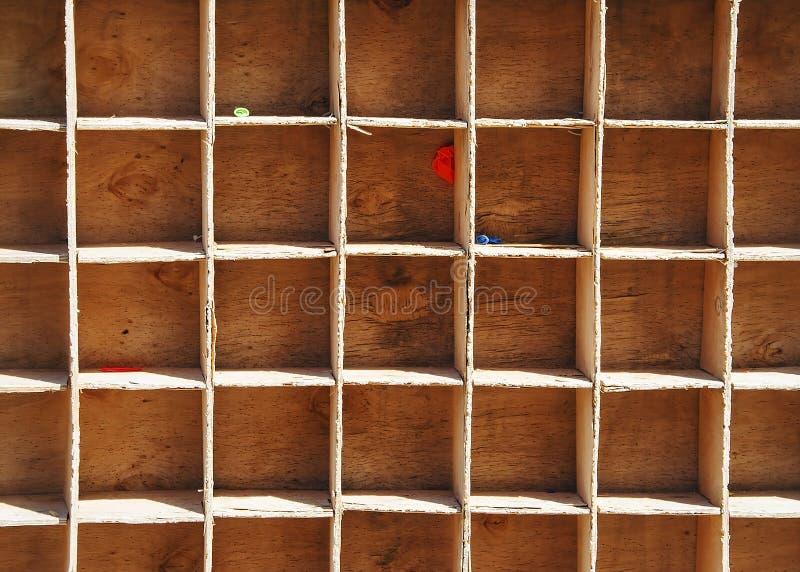 Drewniany pudełko z komórkami, po strzałki loteryjne na balonach w obrazy stock