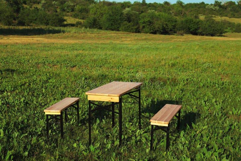 Drewniany pykniczny stół z ławkami w polu obrazy royalty free