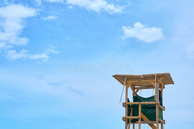 Drewniany ratownika wierza przeciw niebieskiemu niebu obraz royalty free