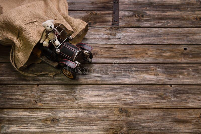 Drewniany rocznika tło: Bożenarodzeniowa dekoracja z starym misia pluszowego b fotografia royalty free