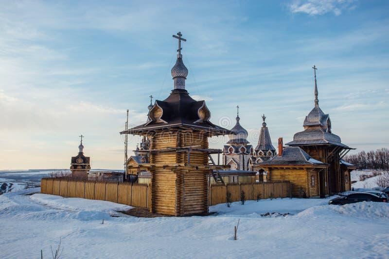 Drewniany Rosyjski kościelny podwórze w pogodnym zima dniu zdjęcia stock
